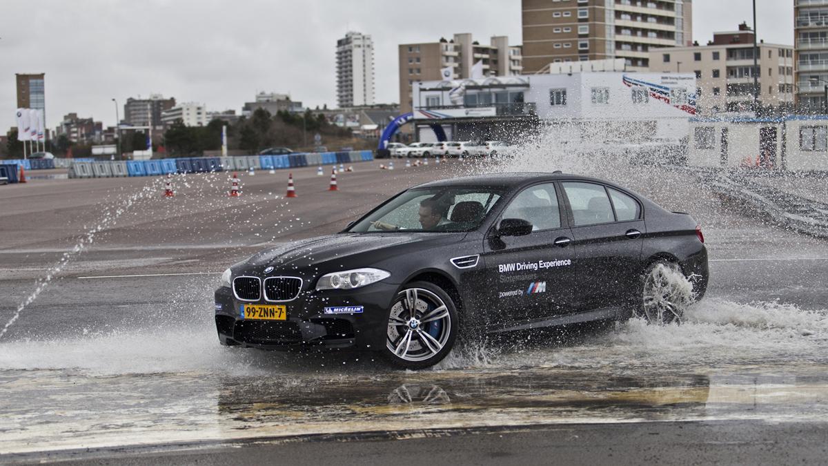 """Schrijf je nu in voor de training """"BMW Rij-assistentiesystemen"""" op 18 mei. Inclusief BMW driving experience!"""